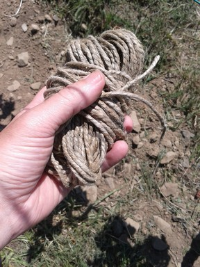 A traditional tool to bind wine: string.